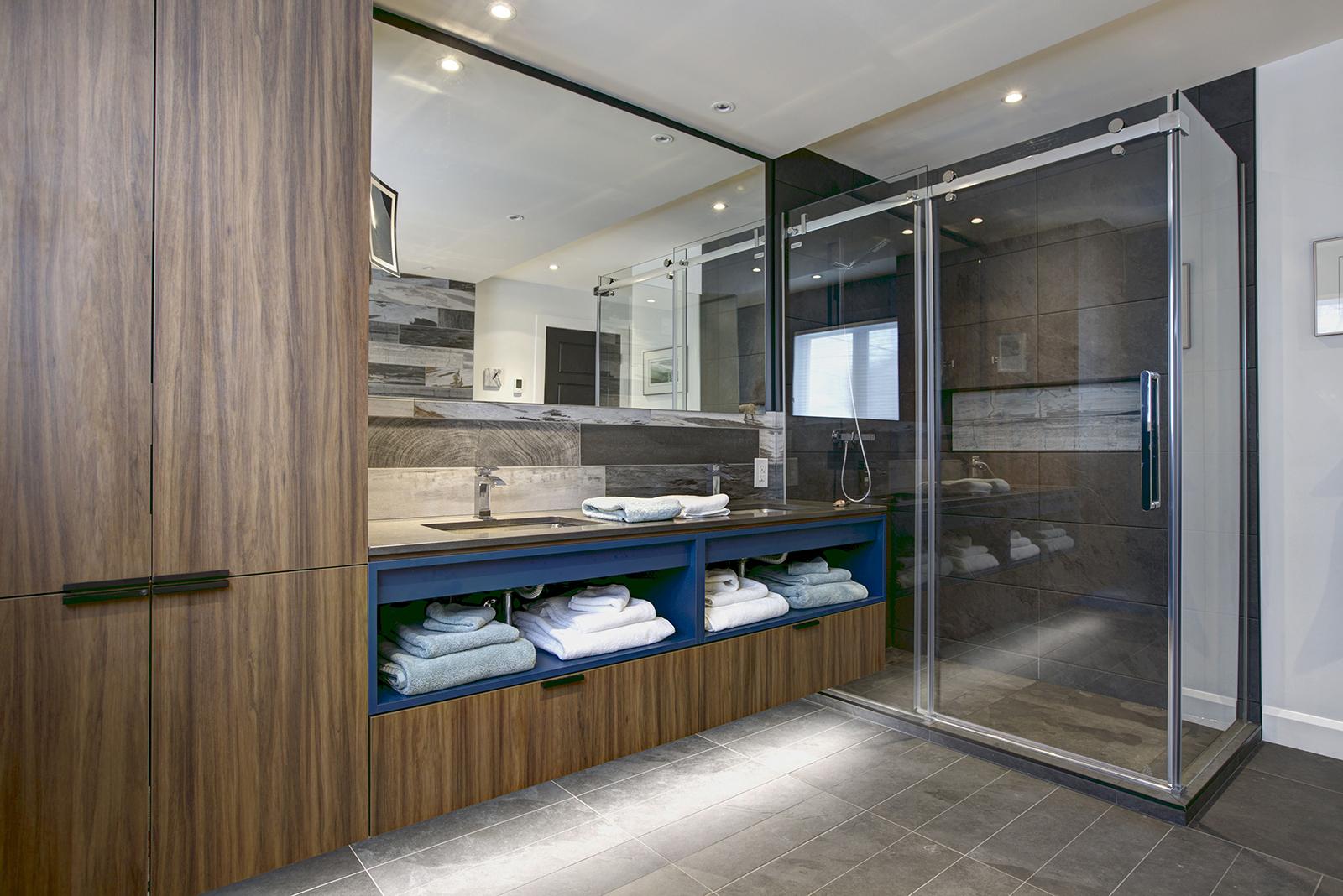 Salle de bain design bleue et bois québec